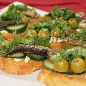 утерброды со шпротами, оливками и кинзой