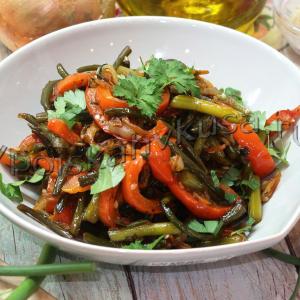 Чесночные стрелки жареные с овощами