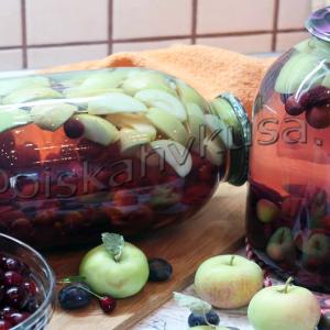 Компот ассорти из вишни, сливы и яблок