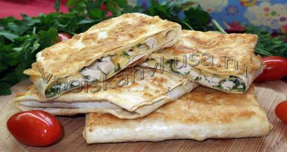 Конвертики из лаваша с курицей, сыром и зеленью