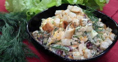 Сытный салат с фасолью и курицей