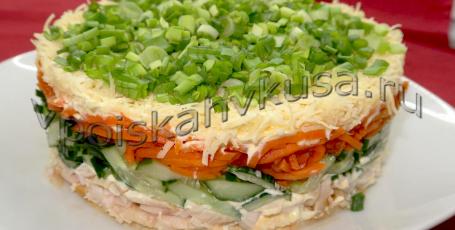 Салат с копчёной курицей, корейской морковью и огурцом