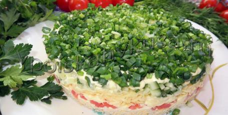 Салат с форелью, сыром и огурцом