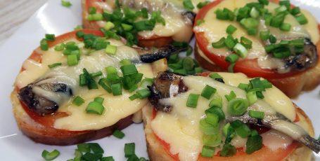 Горячие бутерброды со шпротами в духовке