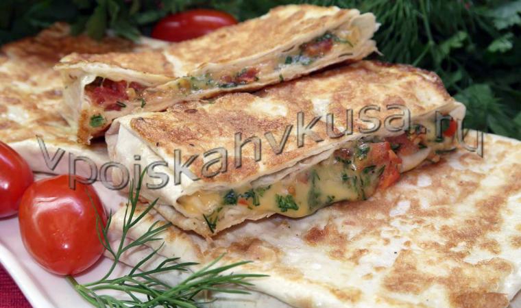 Конвертики из лаваша с помидорами, сыром и зеленью