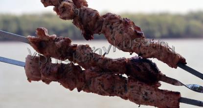 Шашлык из свинины с помидорами и розмарином
