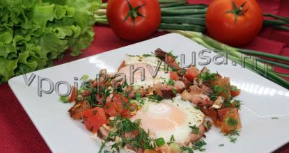Яичница с копчёной грудинкой и помидорами
