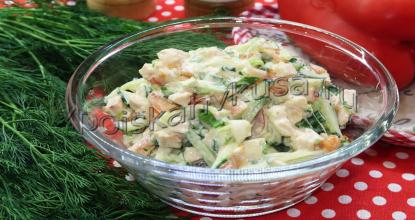 Салат с копчёной грудкой, помидорами и огурцом