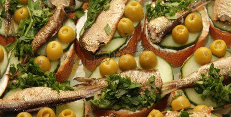 Бутерброды с оливками и шпротами