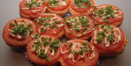 Бутерброды с морковью, сыром и помидорами